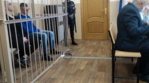 Подсудимые в клетке в зале суда